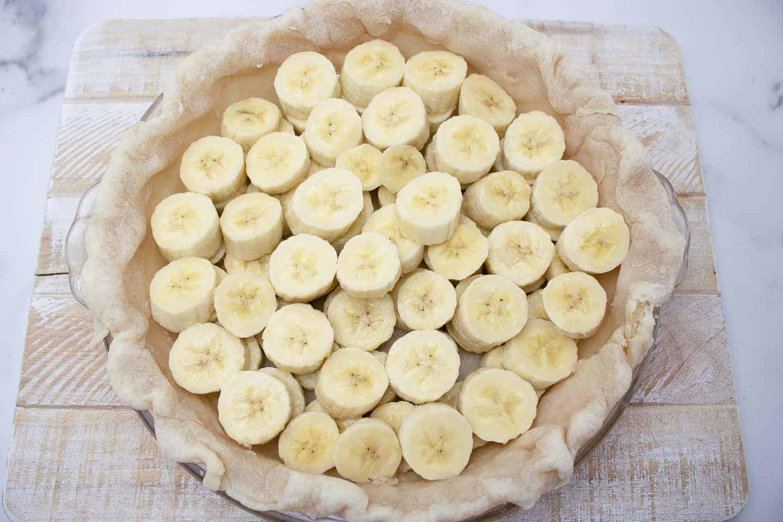 layering bananas on bottom of pie crust
