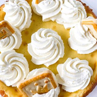 banana pudding cheesecake with cookies