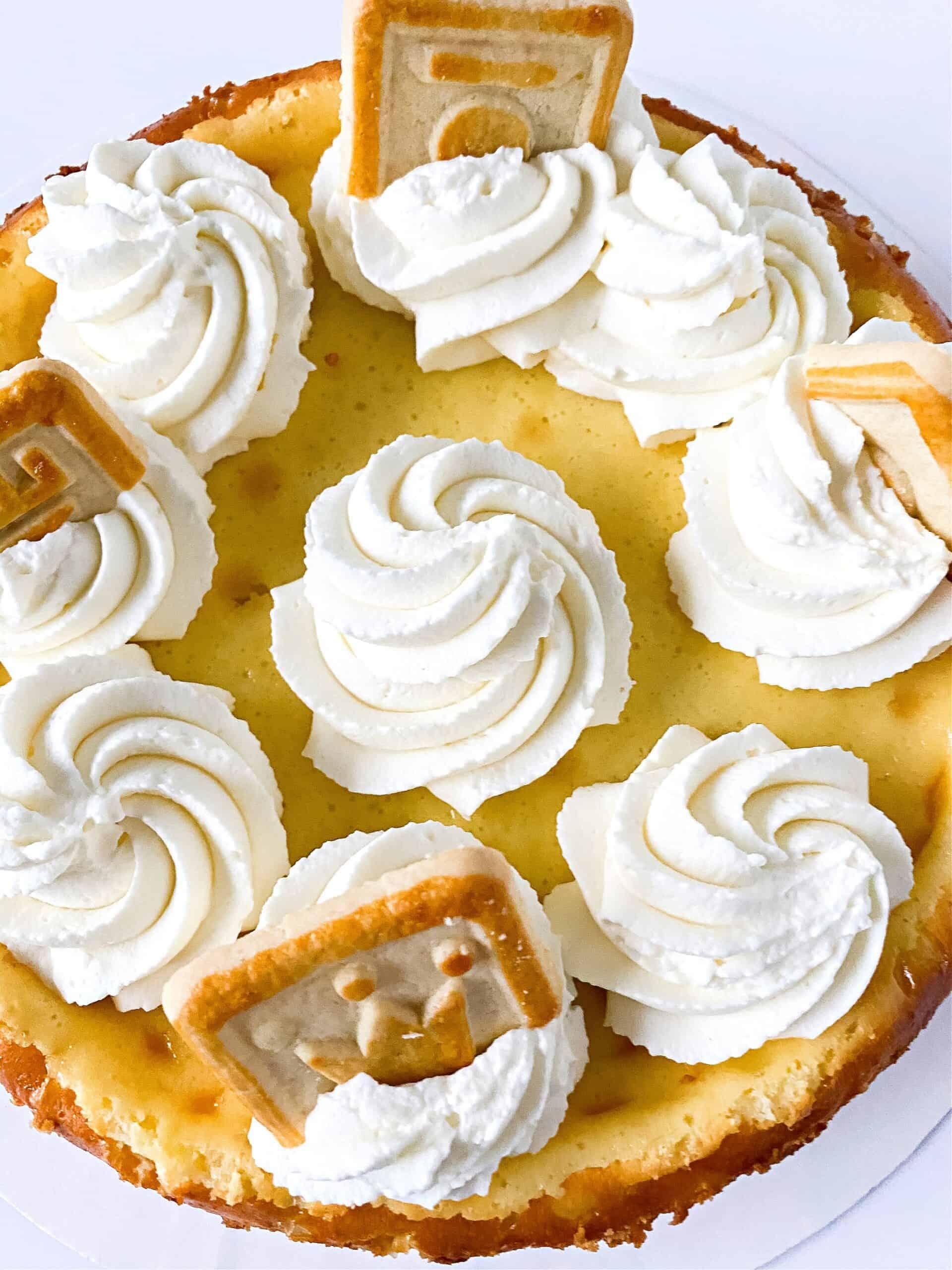 banana cheesecake with cookies